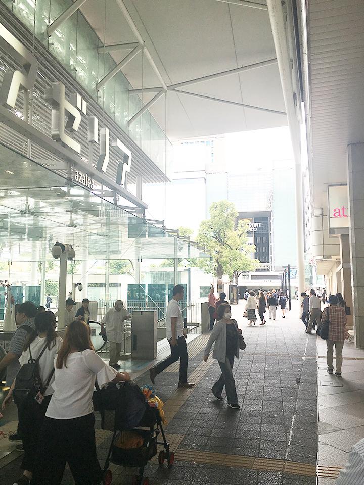 アゼリアの入り口前を右折し、駅建物沿いに進みます。