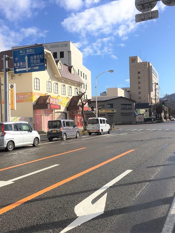 時遊館を左手に見て、交差点を左に曲がります。