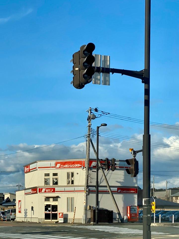 秋田駅東口を出て、県道62号線秋田中央道路をニッポンレンタカー左手に直進します。