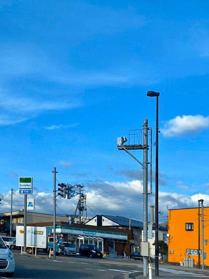 右手にファミリーマートのある交差点、手形山崎町を右折します。