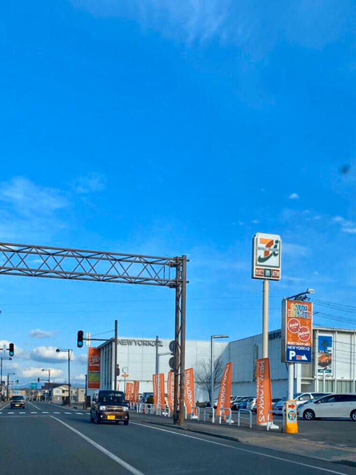 県道28号線秋田岩見船岡線を、セブンイレブン右手に直進します。