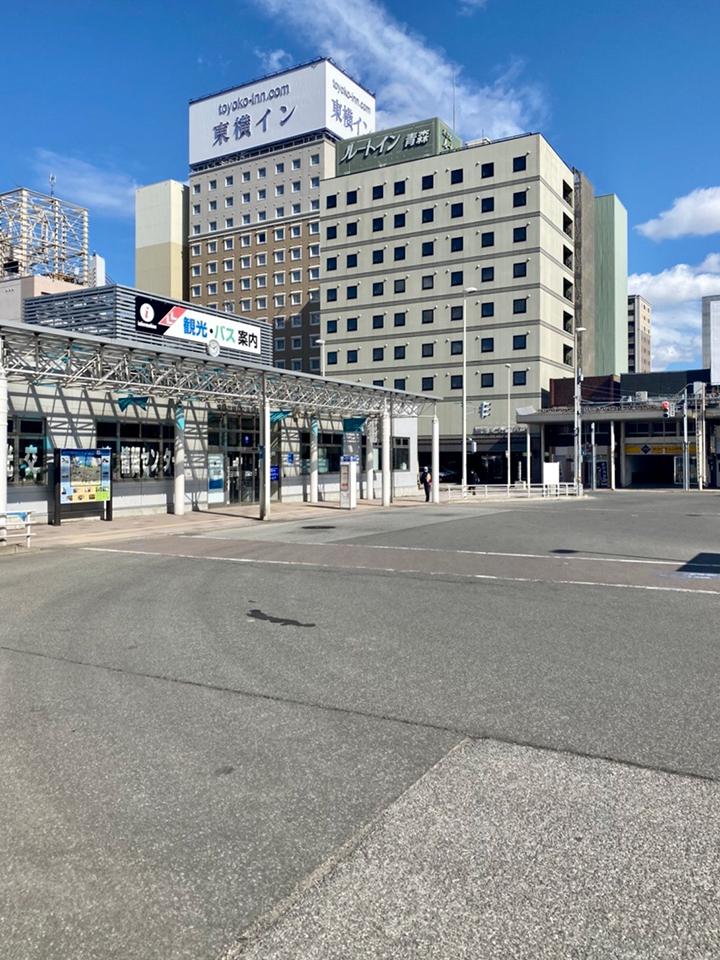 観光バス案内所前の信号を渡ります。