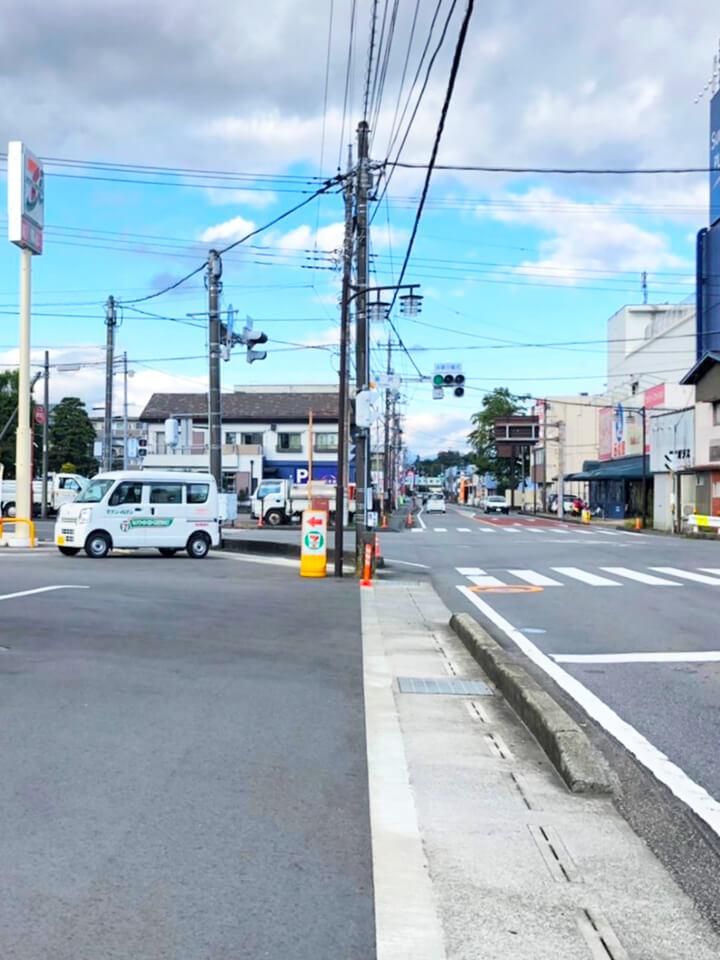 、左手にセブンイレブン 御殿場湯沢店が見えてきます。