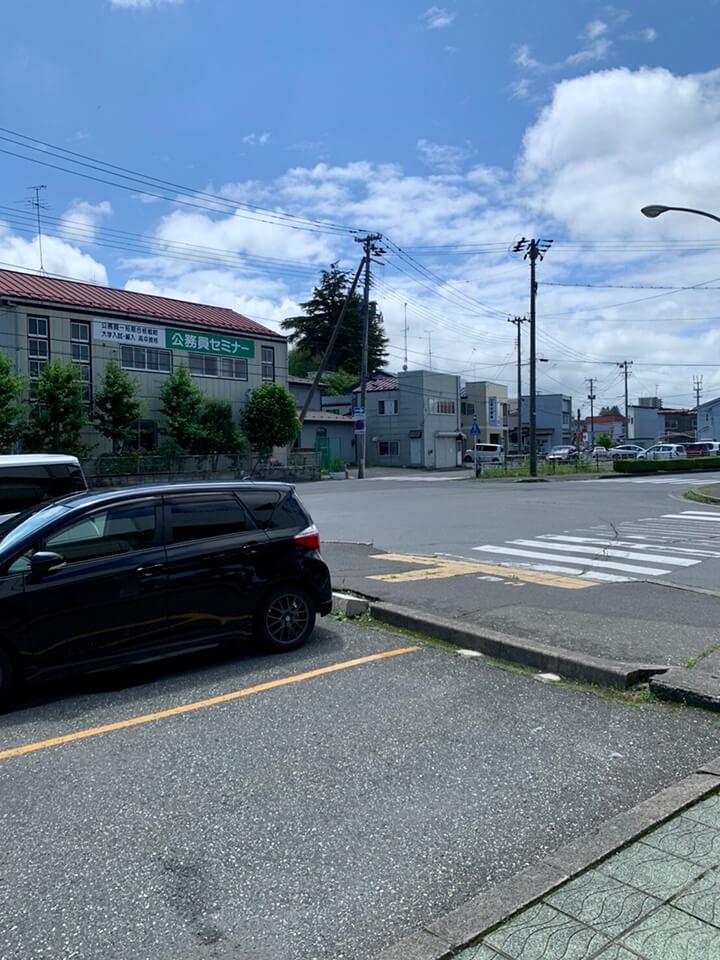 交差点を渡り、左に進みます。