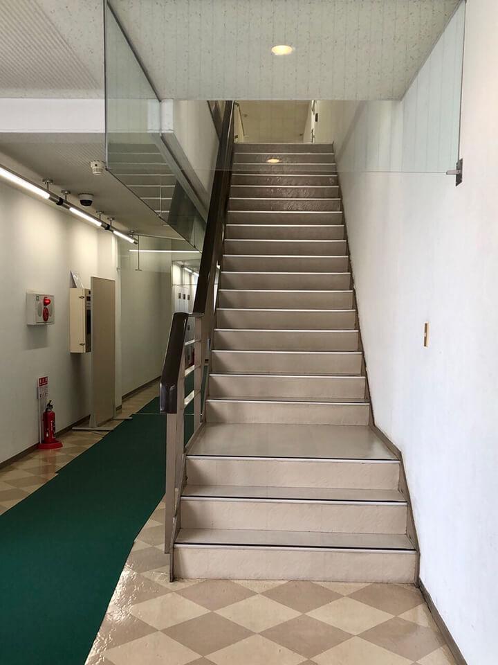 こちらの階段から2階にお上がりくださいませ。