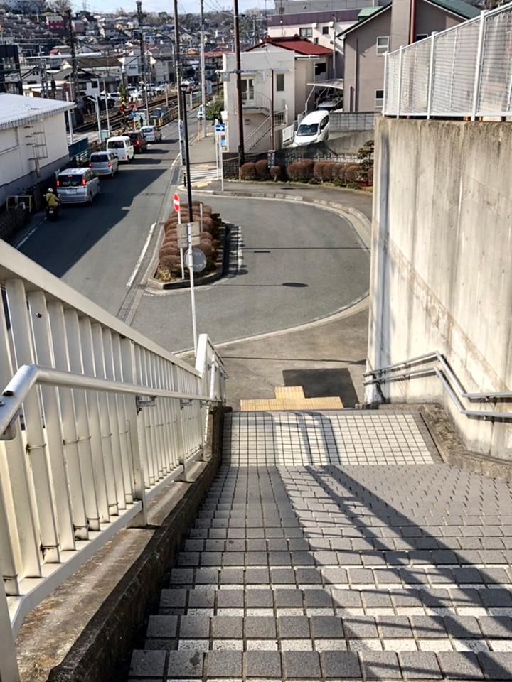 駅を出てすぐ左の階段を降りてしばらく真っ直ぐ進みます。