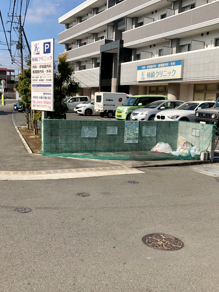 右手に見えます柿崎クリニックのある建物の3階になります。