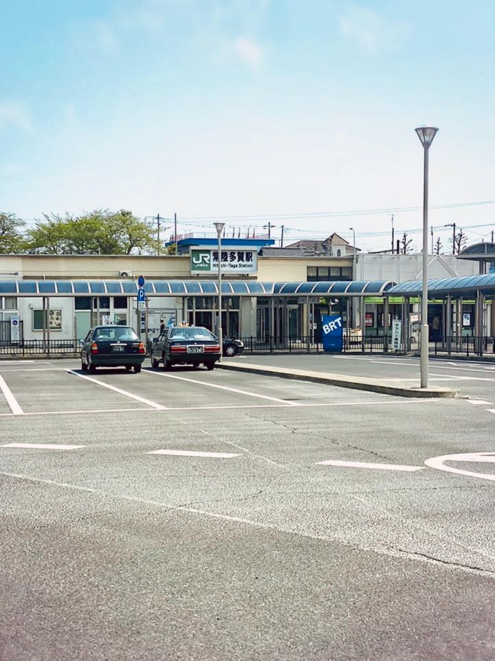 常陸多賀駅の改札を出て、ロータリーの2つ目の出口を出ます。