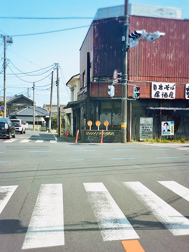 河原子十字路の交差点を右折し、国道245号線を進みます。
