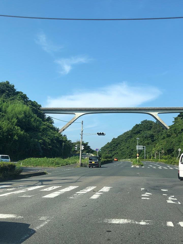 橋の見える信号を右折。