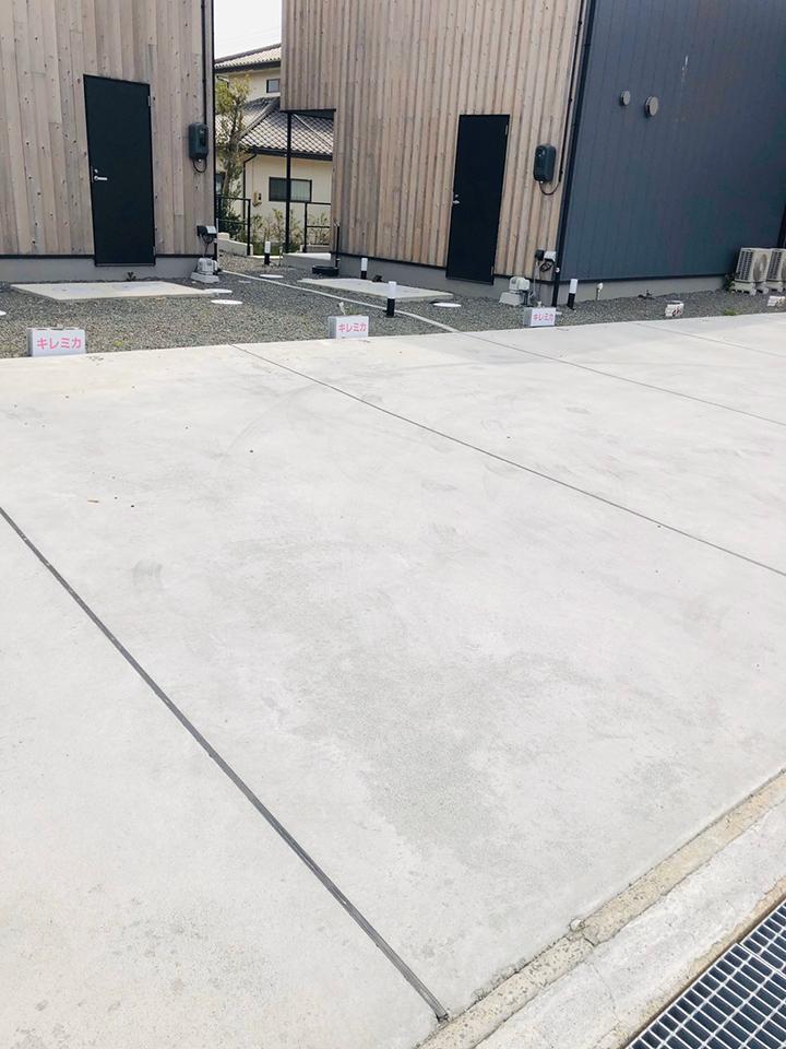 信号側3台、ブロックが置いてあるところが駐車場でございます。