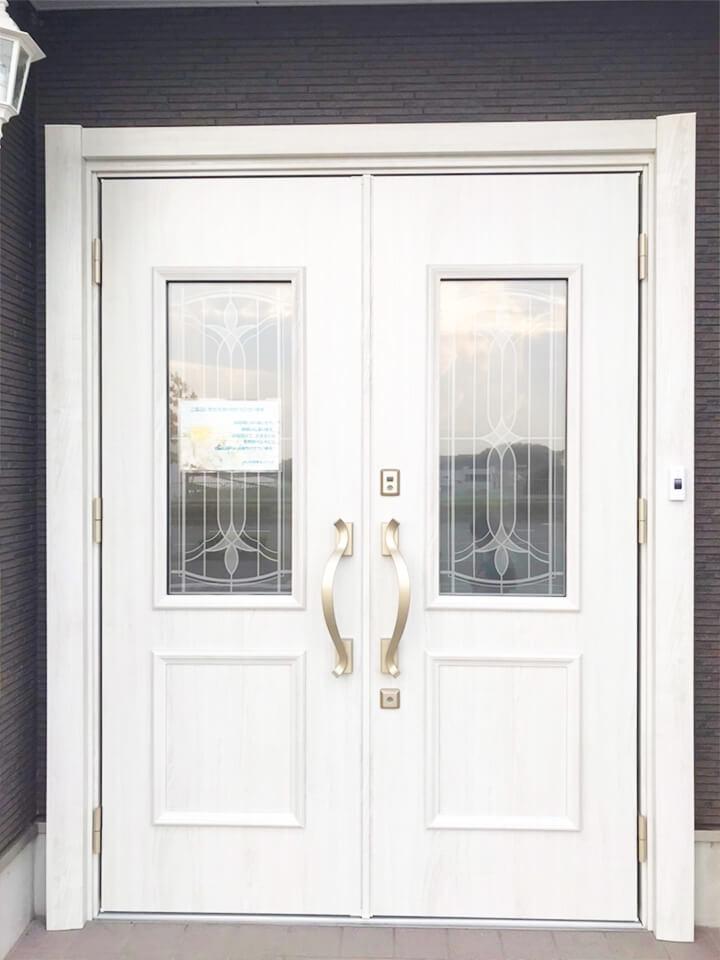 入口は両開きWhiteドアになります。