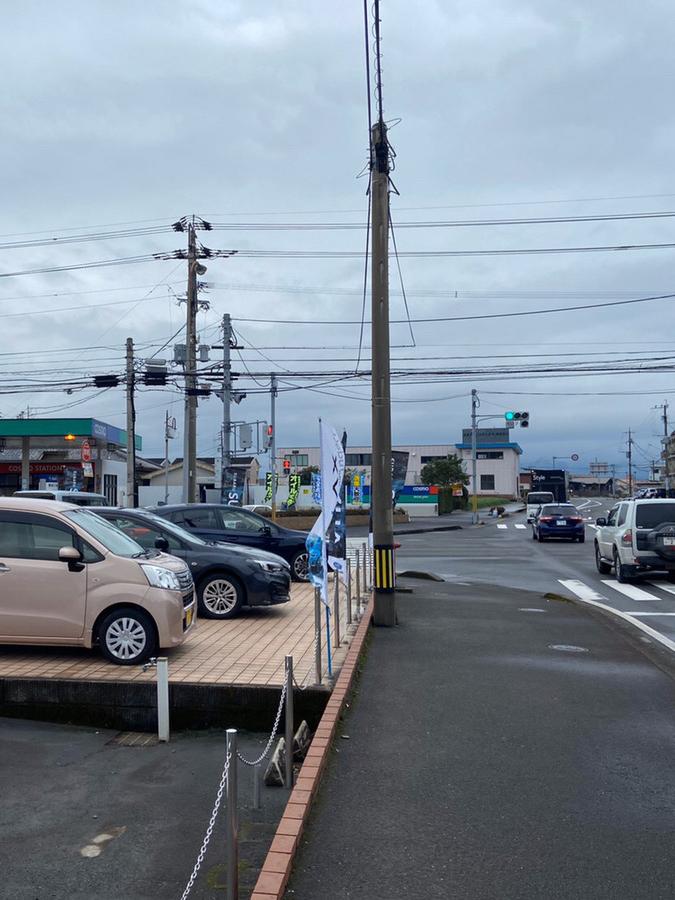 1kmほど道なりに直進し、左手にスバルのディーラーがある交差点を左折します。