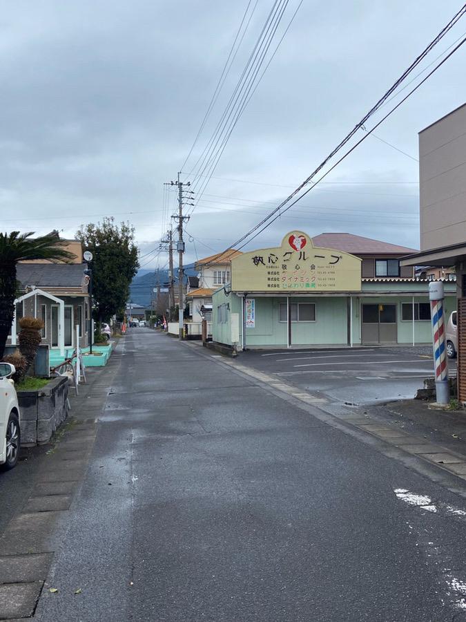 小道に入ってすぐ右折すると、左手にキレミカ鹿屋店がございます。