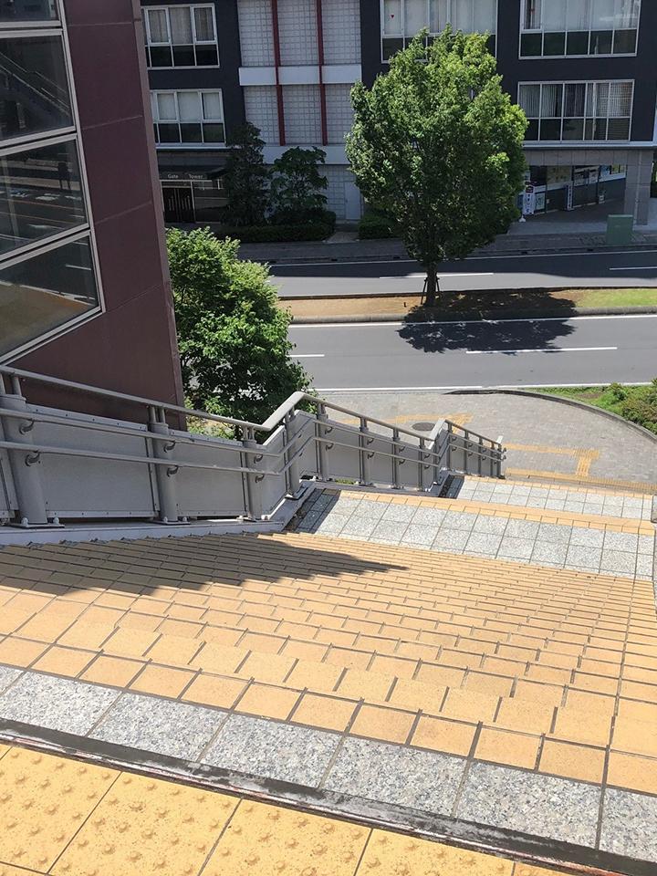 突き当りにあるエレベーター横の階段を降り左に曲がります
