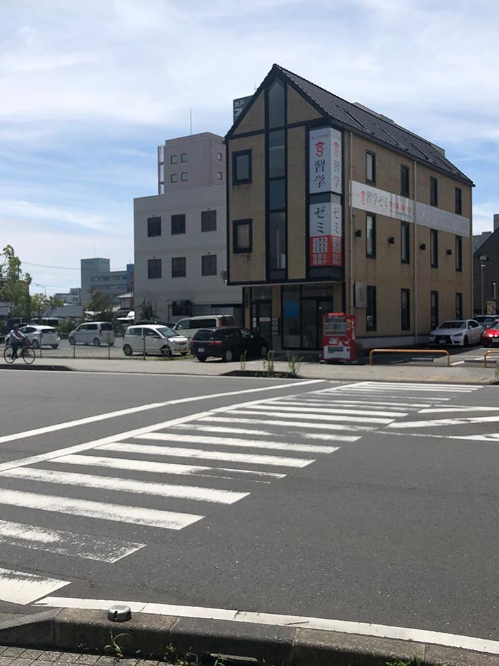 最初の横断歩道を右に渡ります