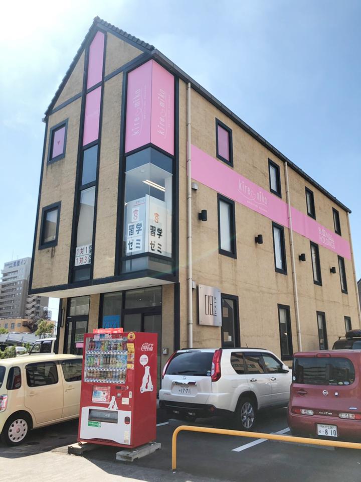 黄色い建物の3階が店舗です