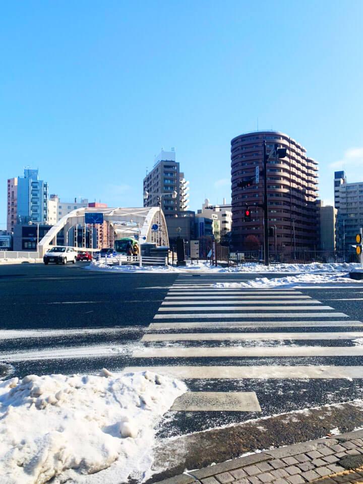 JR盛岡駅東口(地下道A1)から出て、開運橋の方へ進みます。