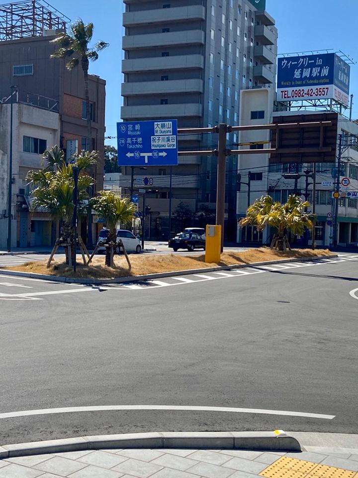 延岡駅正面を左に曲がります。