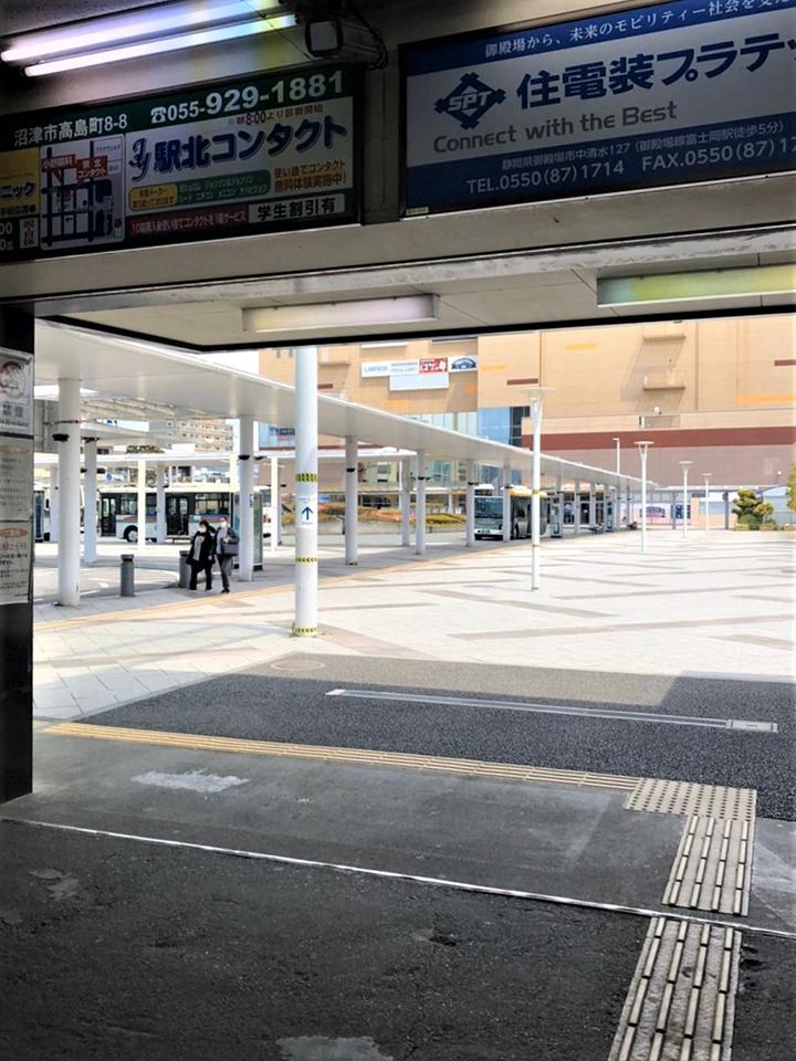 沼津駅北口を出て左に向かいロータリーを道なりに進みます。