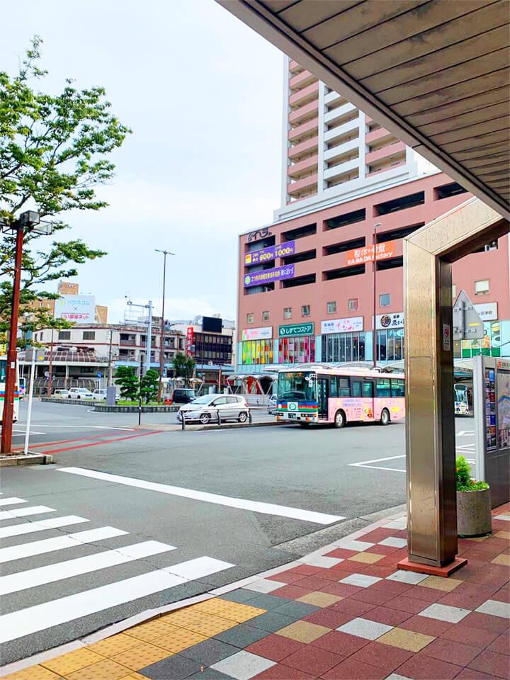 沼津駅南口改札を右へ曲がり、バスターミナルにそって進みます。