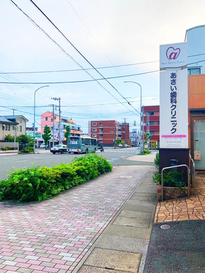 「錦町北」交差点の横断歩道を渡っていただき右へ曲がります。