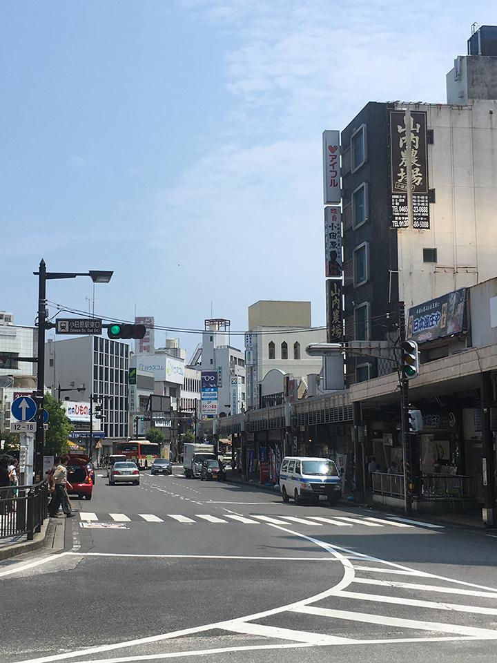 小田原駅東口を出て、目の前の道を国道255号方面、ローソン側を真っ直ぐ進みます。