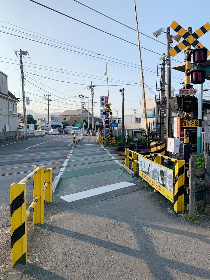 小田急線小田原駅行き方面栢山駅の東口改札を出て右手に進み、踏切を渡ります。