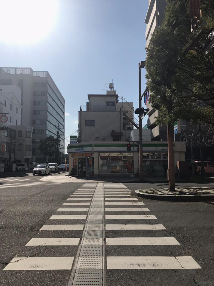 横断歩道をファミリーマート側へ渡って下さい。