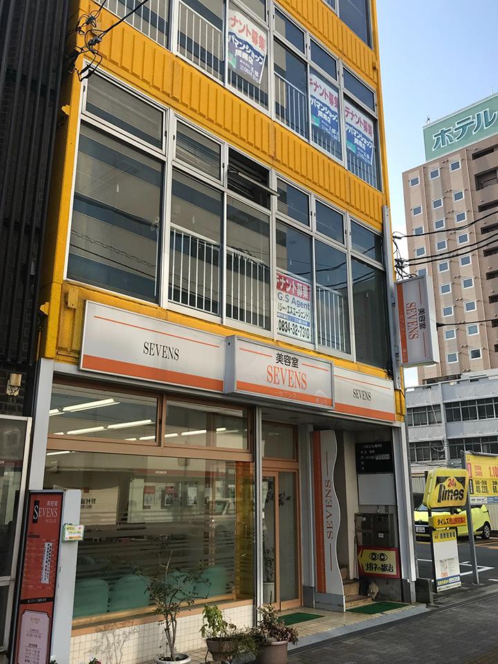 そちらの隣に1階が美容室のビルがあり、3階がキレミカ徳山店でございます。