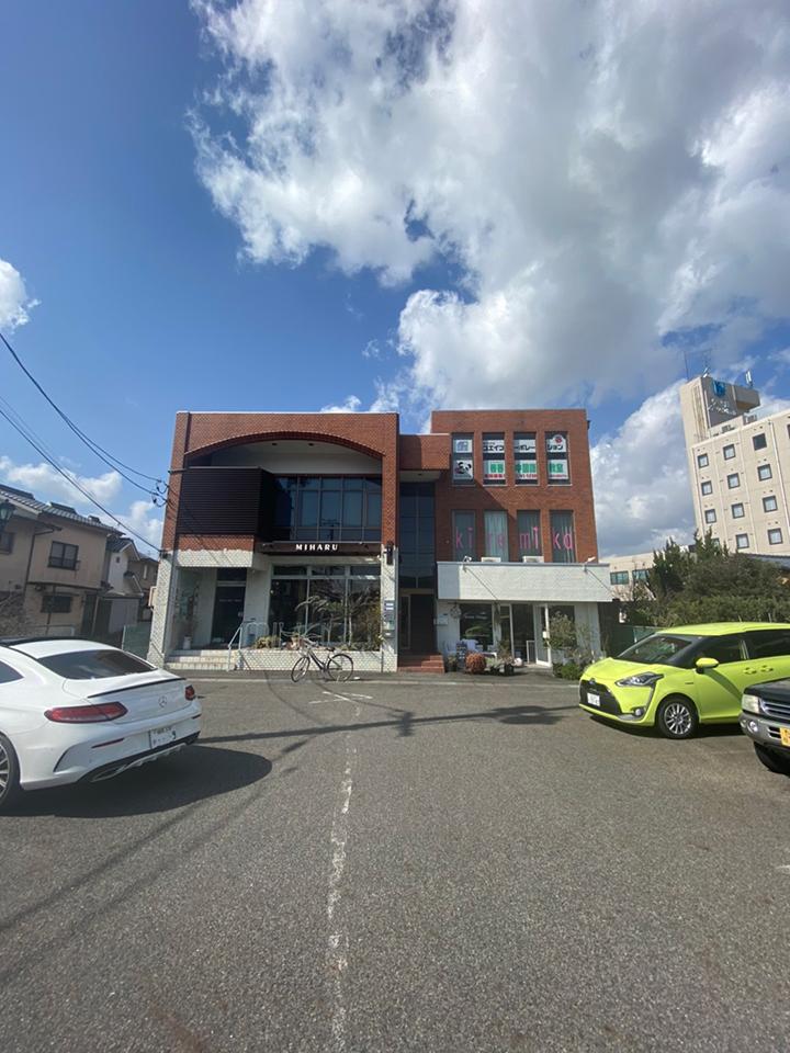 右手にある建物の2階がキレミカ宇部店でございます。