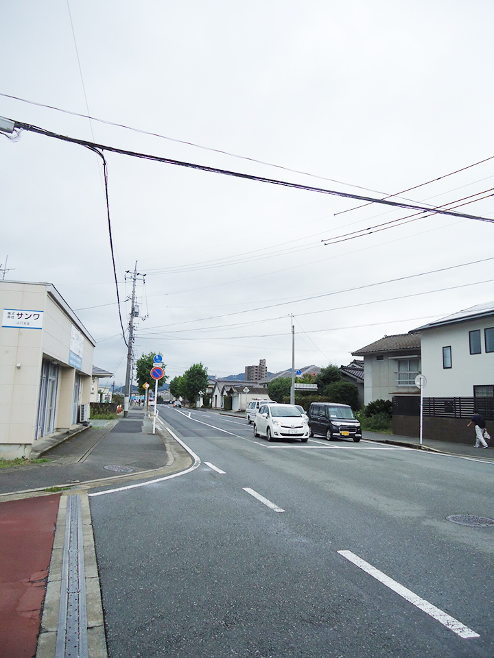 右手に薬局がある大通りに出たら、左に直進します。
