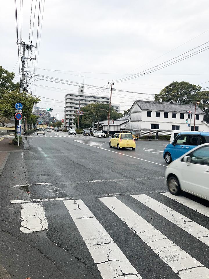 浜松軒前の交差点を右折し直進