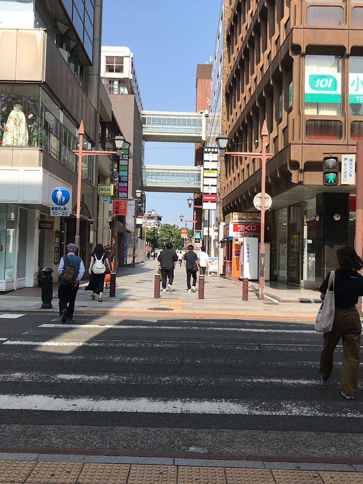 商店街を抜けたところの横断歩道を井筒屋方面に渡ります。