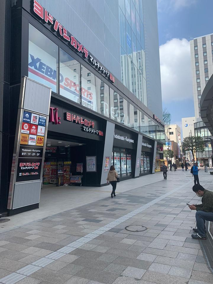 駅前通り南方面に出るとヨドバシカメラのビルが見えます。