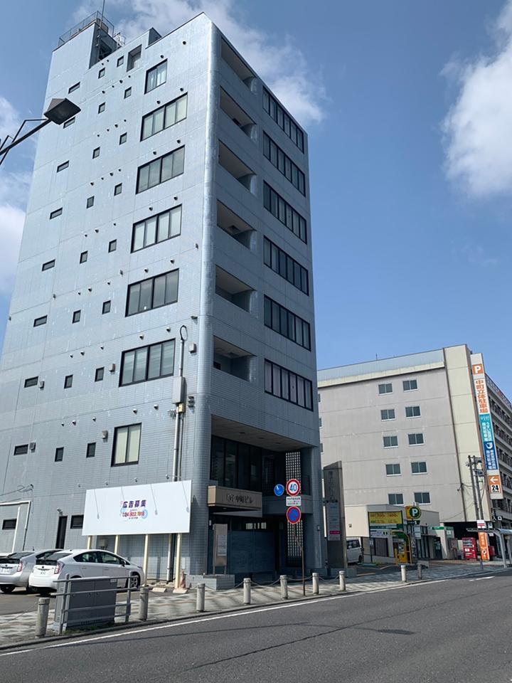 130mほど進むと左側に増子中町ビルが見えてきます。そのビルの3階が郡山店です。