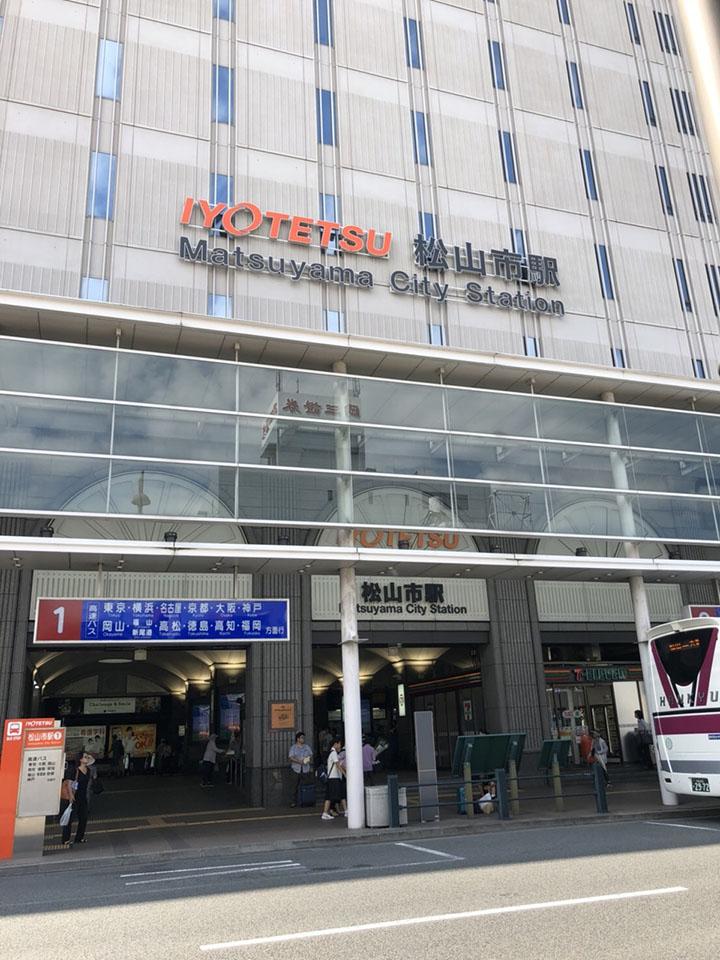 松山市駅で降りていただくと高島屋があります。