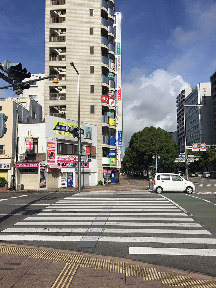 宮崎駅西口から出て左手に噴水があり目の前の信号渡ります。山形屋方面にまっすぐ進んで下さい。