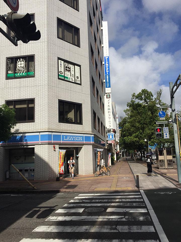 まっすぐ進むとコンビニローソンがあり同じビル4階にサロンがある。