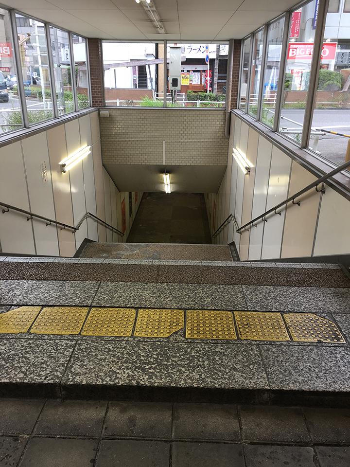 外に出るとすぐ地下通路への階段があります。