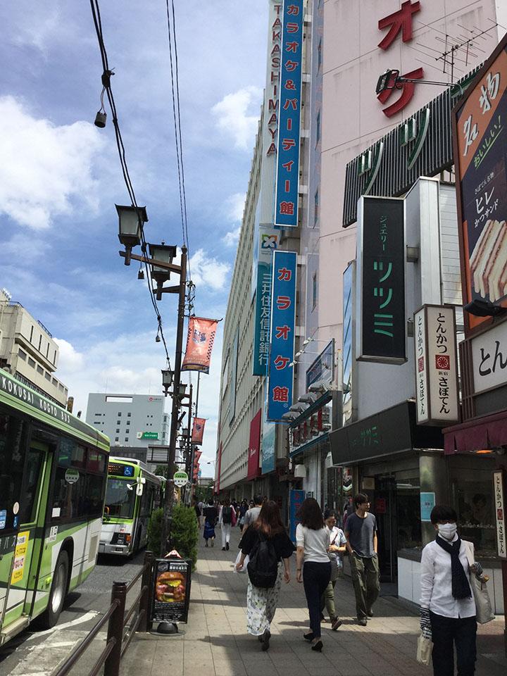 駅前の大通りを直進すると右手に高島屋とカラオケ館が見えます。