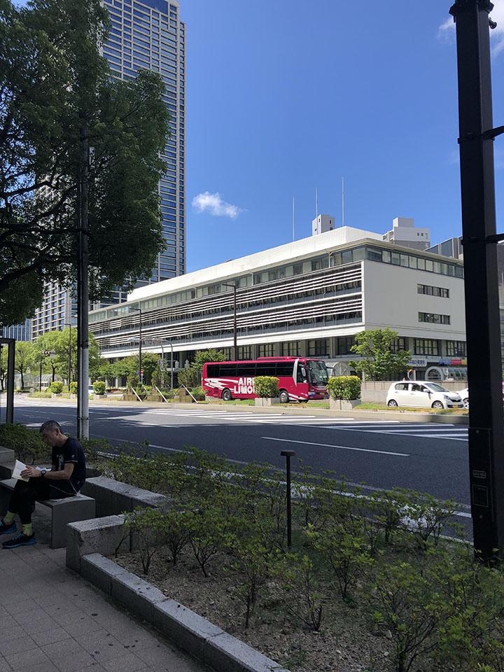 交差点の信号を左に渡り真っすぐ進むと右手に市役所が見えます。