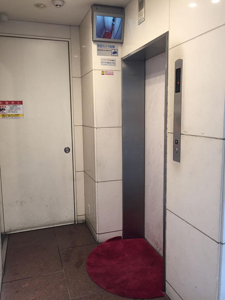 エレベーターで5階までお上がり下さい。