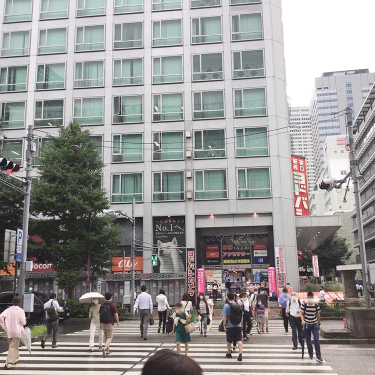 京王百貨店方面に沿い、ヨドバシカメラ方面に向かう信号を渡ります。