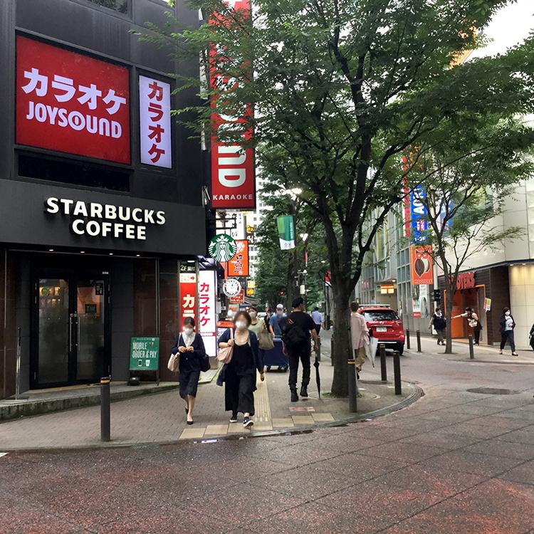 ヨドバシカメラ西口本店を抜けると次にスターバックスが見えますので直進します。