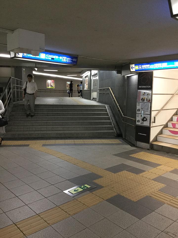 途中、松坂屋さんの地下出入口がございます。そのまま県庁に向かってお進みください。