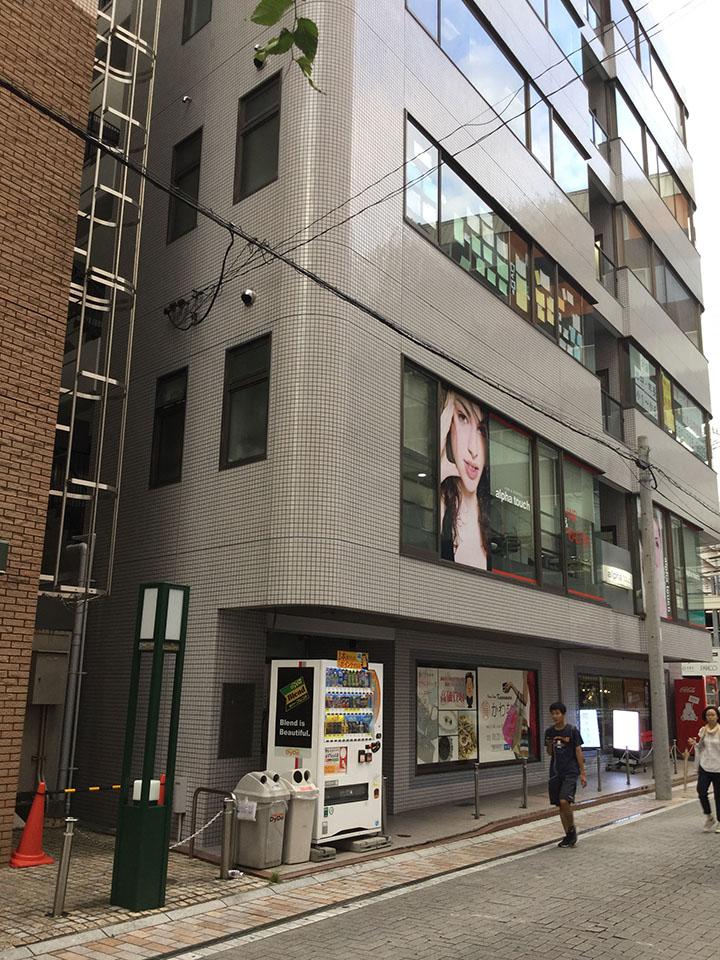 一階に質屋さんがあるビルです。4Fにお店がございます。