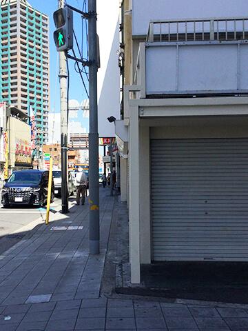 北口を出て右に進むと右手の角に空き店舗がございます。