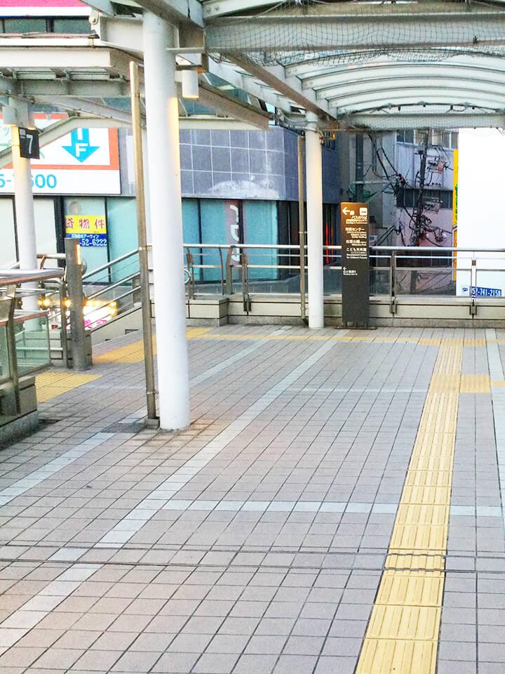 突き当りの階段を左に降りてください。