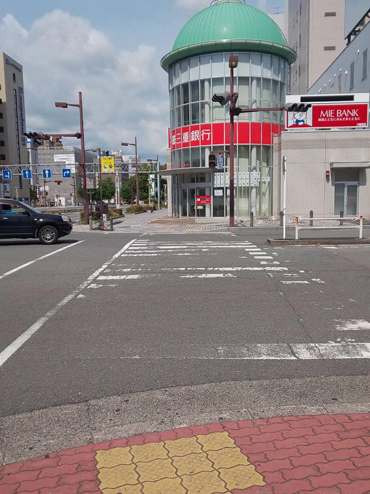ロータリーに沿って歩くと三重銀行が見える交差点に出ます。
